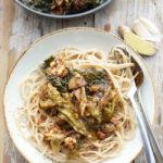 Dinkel-Spaghetti mit gedünsteten Wirsingblättern, Knoblauch, Ingwer, Balsamico und Erdnuss-Crunchy-Butter