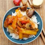 Pilze mit Ingwer, Peperoni, Paprika, Frühlingszwiebeln, Karotten, Teriyaki-Sauce und Reis