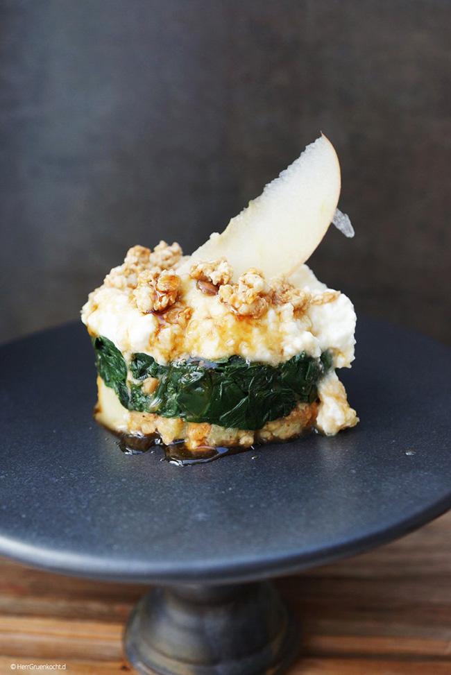 In Knoblauch gedünsteter Spinat auf Dinkel-Hafer-Crunchy mit einer Apfel-Joghurt-Sauce und Ahornsirup