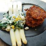 Spargel mit Spinat-Ricotta-Sauce und Kartoffel-Möhrenpuffern