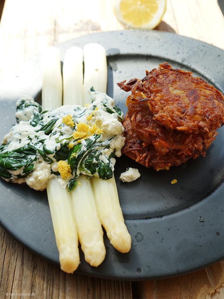 Spargel mit Spinat-Ricotta-Sauce und Kartoffel-Möhrenpuffer