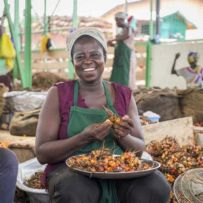 Rebecca Afrah profitiert beim Hand in Hand-Fairhandels-Partner Serendipalm von den besonders sozialen und fairen Arbeitsbedingungen. Von diesem langjährigen Rapunzel Partner stammt das faire Bio-Palmöl in bionella.
