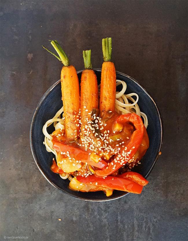 Spicy Curry-Möhren auf Linguine mit einer süß-sauren Gemüsesauce