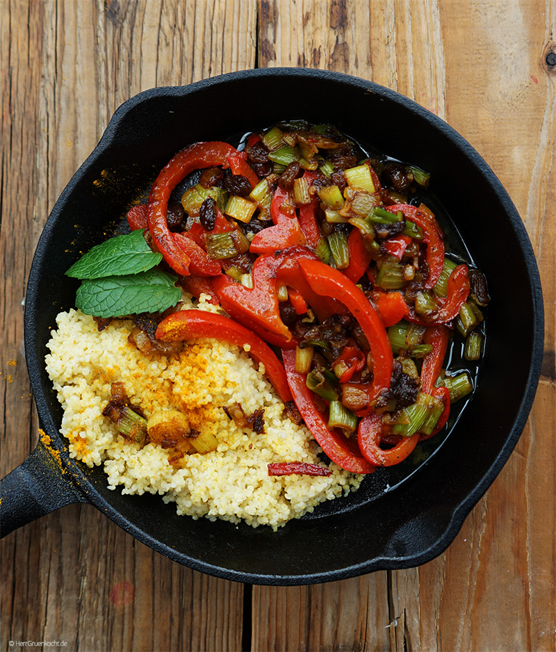 Geschmorte rote Paprika mit Frühlingszwiebeln, Ingwer, Rosinen, Curry, Zimt, Oregano und Kokosmilch