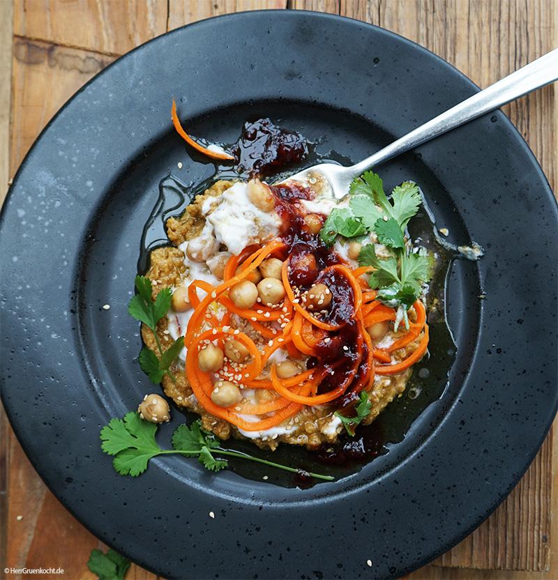 Möhren-Spirelli auf einer spicy Sesam-Kichererbsencreme, Kokosmilch und einer Vinaigrette aus Himbeermarmelade und Balsamico
