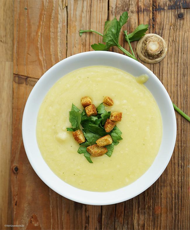 Kartoffel-Petersilienwurzel-Suppe mit Curry-Croutons und Blattpetersilie