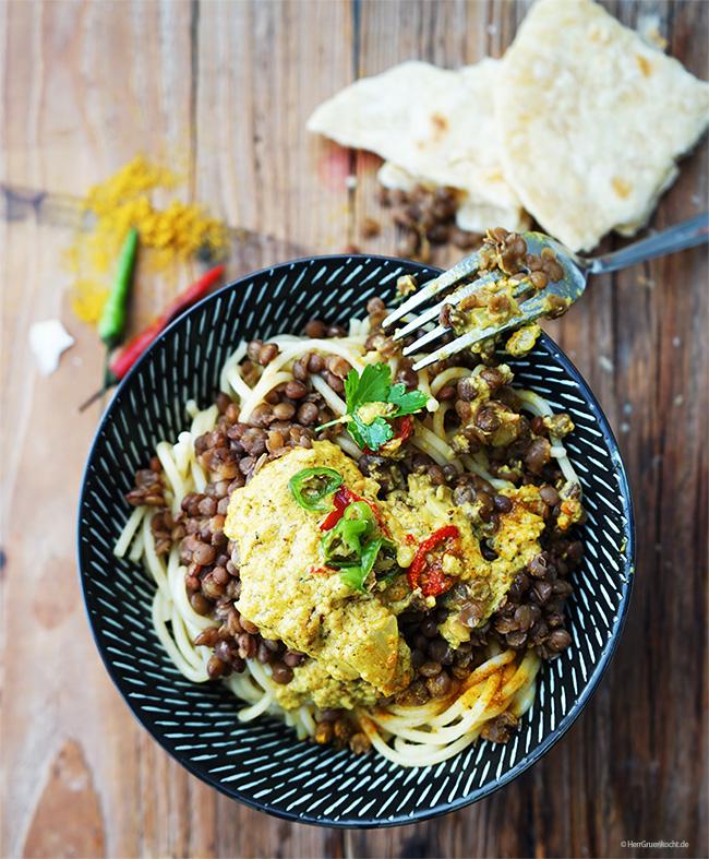 Spaghetti mit Berglinsen und einer spicy Senf-Curry-Sauce mit Kokosmilch und Erdnussbutter