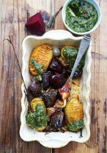 Fächerkartoffeln mit gerösteter Roter Bete, Zwiebeln und Petersilienpesto