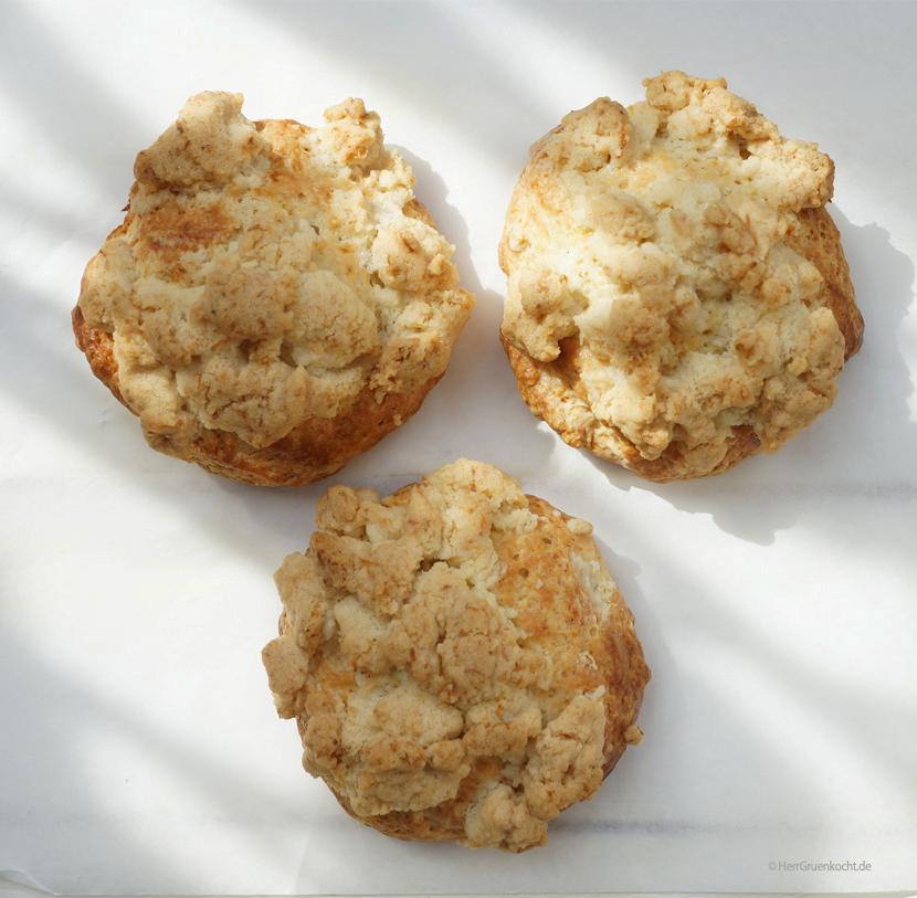 Vegane Streuselteilchen mit Dinkelmehl gebacken und mit krossen Kokos-Zimt-Streuseln