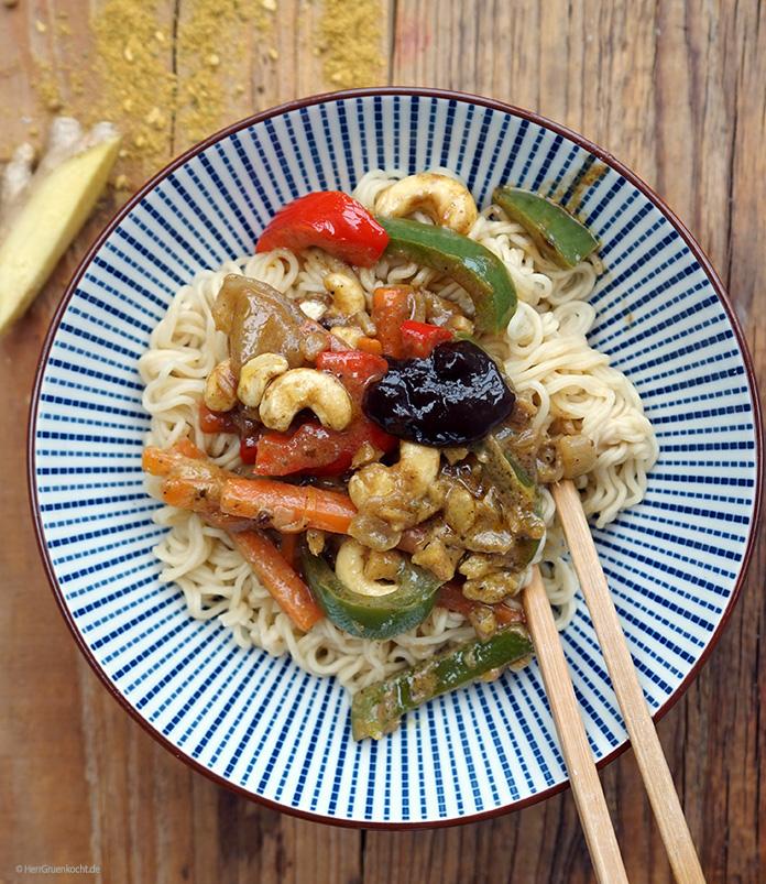 Mie-Nudeln mit Paprika, Zwiebeln, Karotten, Ingwer und Cashewnüssen in Kokosmilch mit Pflaumenmus
