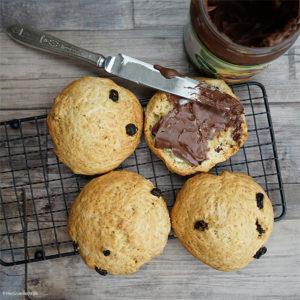 vegane Rosinenbrötchen schnell und einfach ohne Hefe gebacken