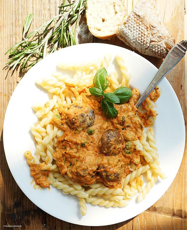 Pasta mit einer leicht spicy Sauce aus Ofenröstgemüse mit frischem Rosmarin und Pilzen