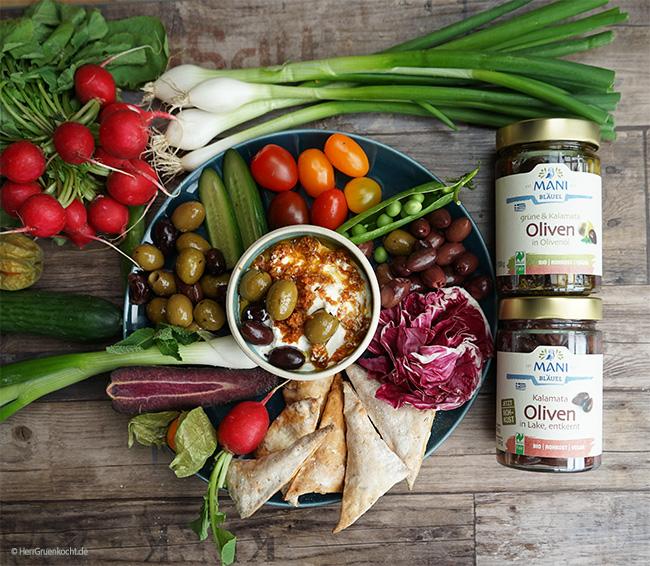 Rohkost-Teller mit Gemüse der Saison und MANI Kalamata-Oliven und Grüne & Kalamatoliven in Rohkostqualität