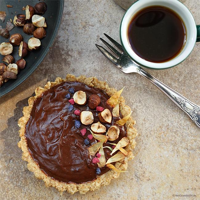 Espresso-Schokoladen-Tartelettes mit No-Bake-Böden, LUVE LUGHURT Natur, Nuss-Nougat-Crème und gebrannten Haselnüssen
