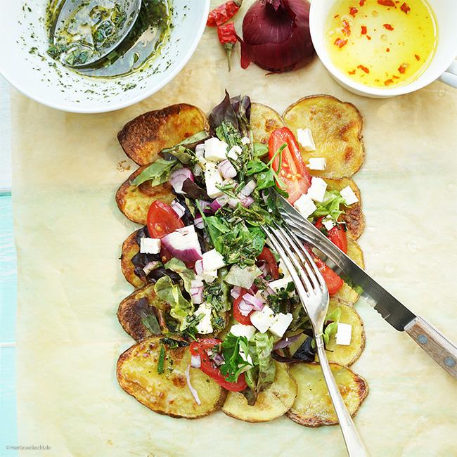 Mediterraner Salat mit Feta auf gerösteten Kartoffelscheiben mit einer Rosmarin-Estragon Vinaigrette