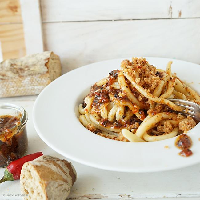 Selbstgedrehte Spaghetti mit spicy Pesto all'arrabbiata und veganem ›Parmesan‹