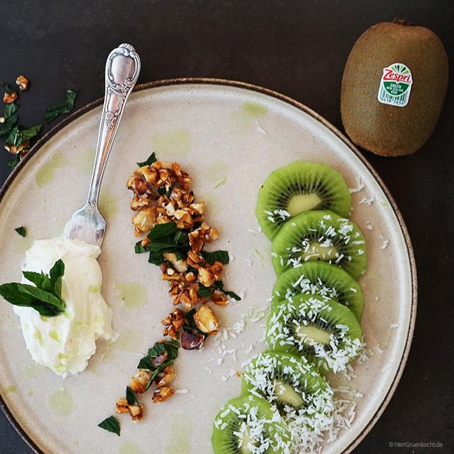 Weiße Mousse (ohne Ei) mit selbstgemachtem Kokos-Mandelkrokant, frischer Minze und Zespri Green Kiwis