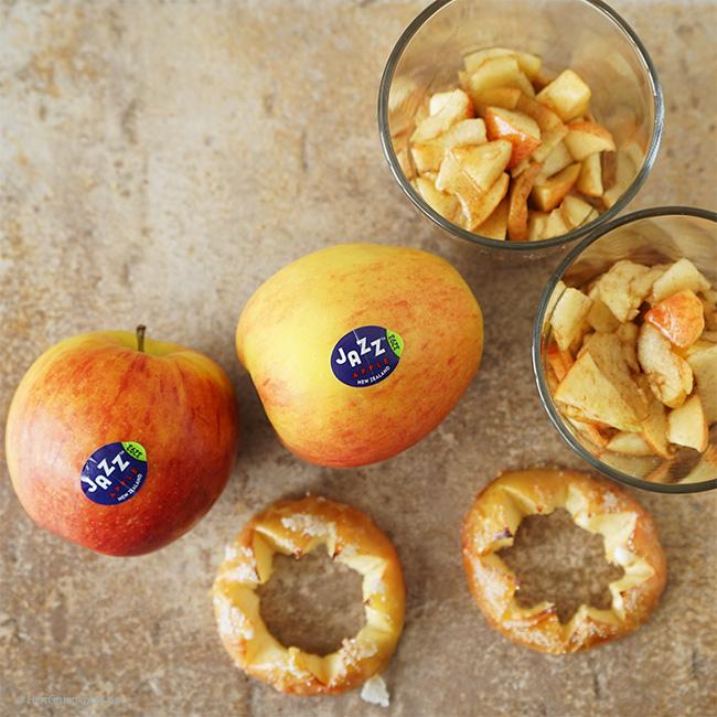 Karamellisierte Apfelkrone auf griechischem Joghurt, Apfel-Zimt-Stückchen und Amarettini