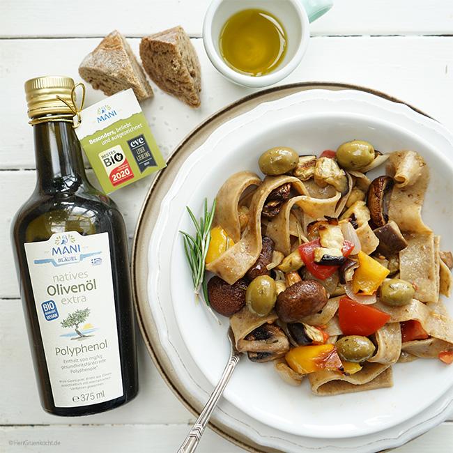 Mediterraner Nudelsalat mit selbstgemachten Pilz-Nudeln, ¬Aubergine, gelber Paprika, Zwiebeln, Tomate, grünen Oliven und MANI Polyphenol Olivenöl