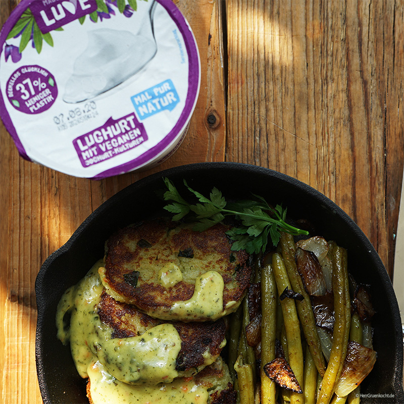 Kartoffelplätzchen mit geschmorten grünen Bohnen und Zwiebeln und einer LUGHURT-Senf-Estragon-Sauce