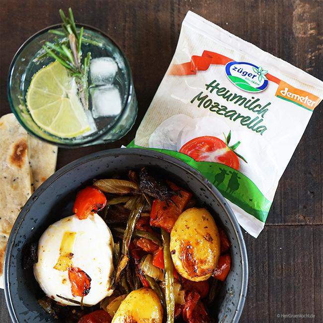 Züger Heumilch-Mozzarella mit orientalischem Ofengemüse und Fladenbrot aus der Pfanne