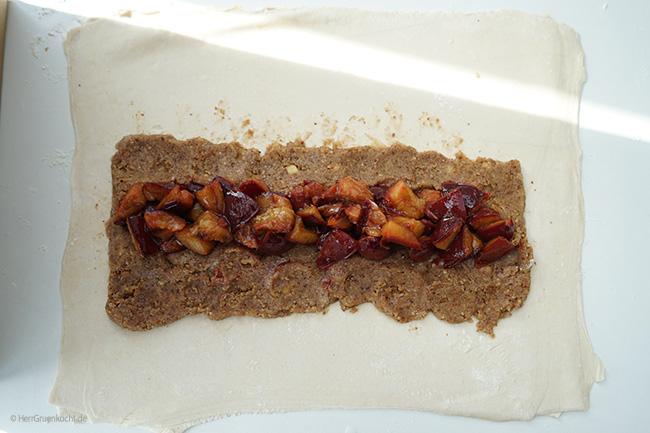 Veganer Strudel mit Keks-Nuss-Füllung, Zimt-Kardamom-Zwetschgen