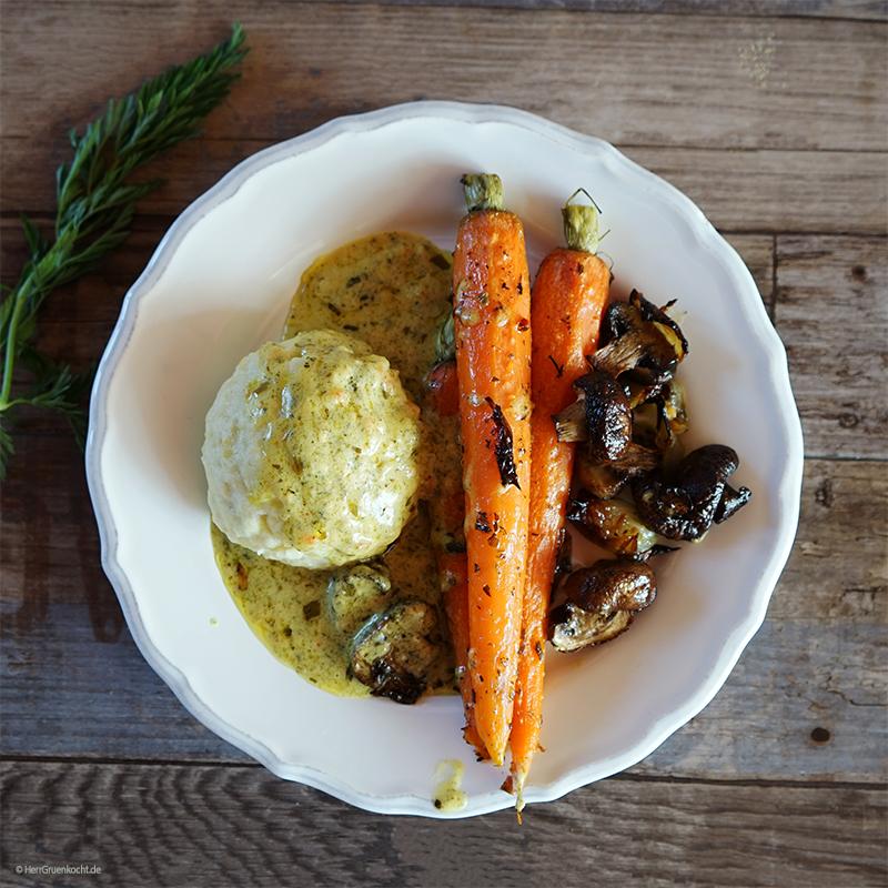 Vegetarische Kartoffelklöße mit Ofengemüse und einer Senf-Estragon-Sauce