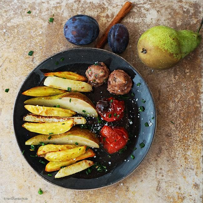 Im Ofen geröstete Kartoffeln, Kohlrabi und Tomaten mit Zimt-Birnen und einer Crème aus Kidneybohnen, Pflaumen, Kreuzkümmel und Rauchsalz