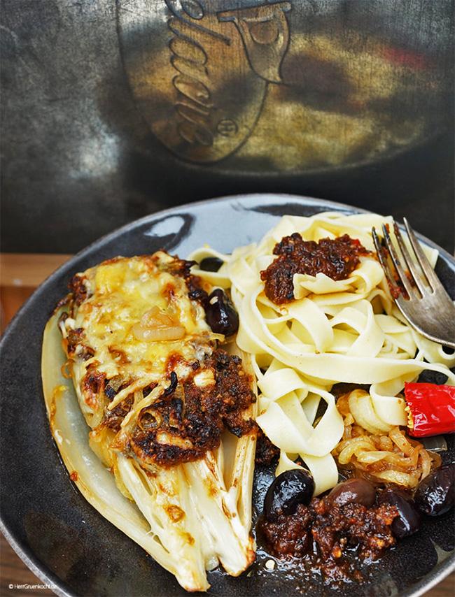 Chicorée neapolitanisch mit selbst gemachtem spicy Pesto und Pasta