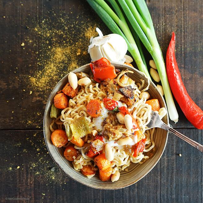 Mie-Nudeln mit spicy Erdnuss-Sauce, Röstgemüse, grünem Thai-Curry und LUVE LUGHURT Natur