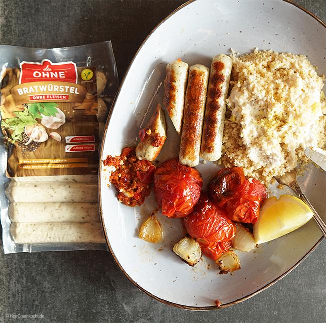 Vegetarische Bratwürstel mit selbstgemachtem spicy Harissa, Schmortomaten und Zitronencouscous mit Kreuzkümmel-Joghurt