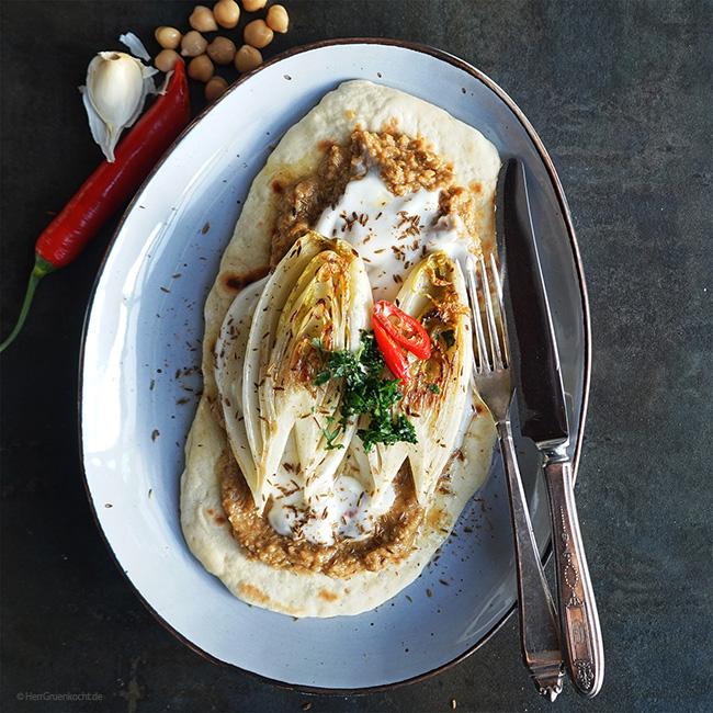 Geschmorter Chicorée auf Fladenbrot mit einer Sesam-Kichererbsencrème und LUVE LUGHURT Natur