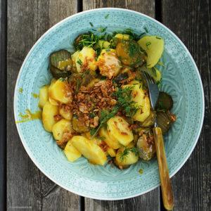Kartoffelsalat Rørvig mit sauren Gurken, Schnittlauch, gerösteten Zwiebeln und selbstgemachtem Honigsenf.