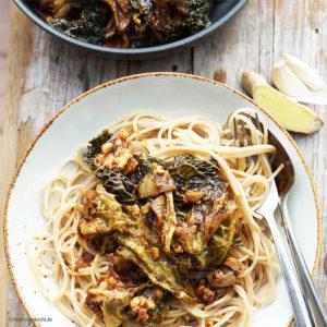 Dinkel-Spaghetti mit gedünsteten Wirsingblättern, Knoblauch, Ingwer, Balsamico und Erdnuss-Crunchy-Butter - vegan