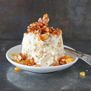 Cassata Frozen-Joghurt mit selbstgebrannten Mandeln, Zitronat und Orangeat