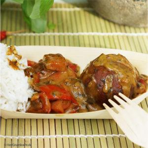 Linsen-Bananen-Balls mit spicy Erdnuss-Paprika-Soße und Reis