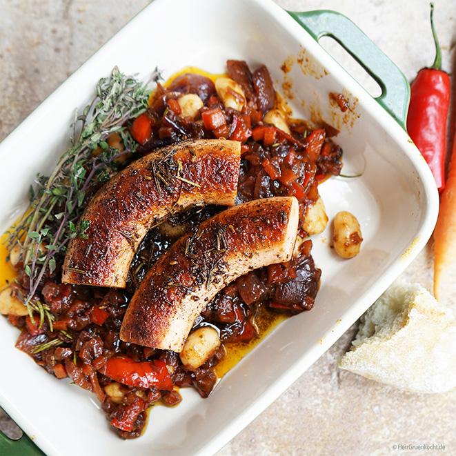 Die OHNE KRANZL Salsiccia-Style mit gemörsertem Fenchel und scharfem Rosenpaprika auf Rotweingemüse mit weißen Riesenbohnen