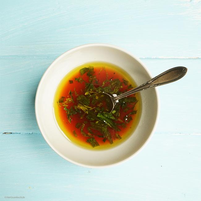 Veganer Rucolasalat mit Spargel, Rhabarber, Tomaten, Knoblauchcroutons und einer Himbeer-Estragon-Vinaigrette