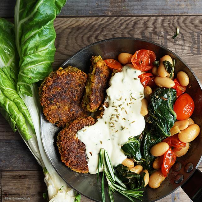 Falafel auf geschmortem Mangold, Tomaten und weiße Riesenbohnen mit einer mediterranen Hollandaise