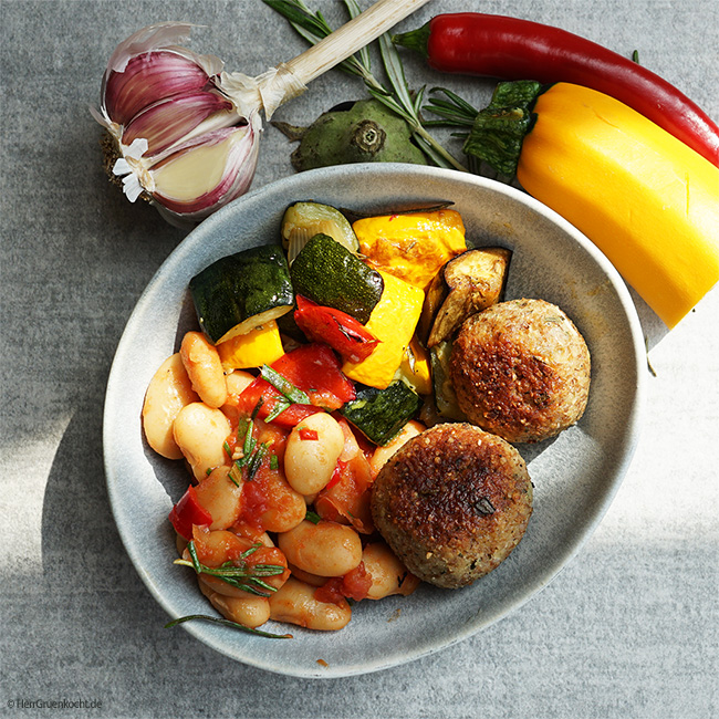 Gigantes Plaki - weiße Riesenbohnen mit Ofengemüse und einer Tomatensauce mit vegetarischen Bulgur-Bällchen