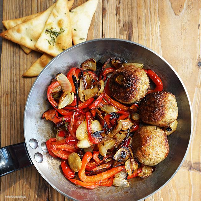 Im Ofen geschmortes Paprika-Zwiebel-Gemüse, spicy Rosmarin-Bällchen und Pizzaecken