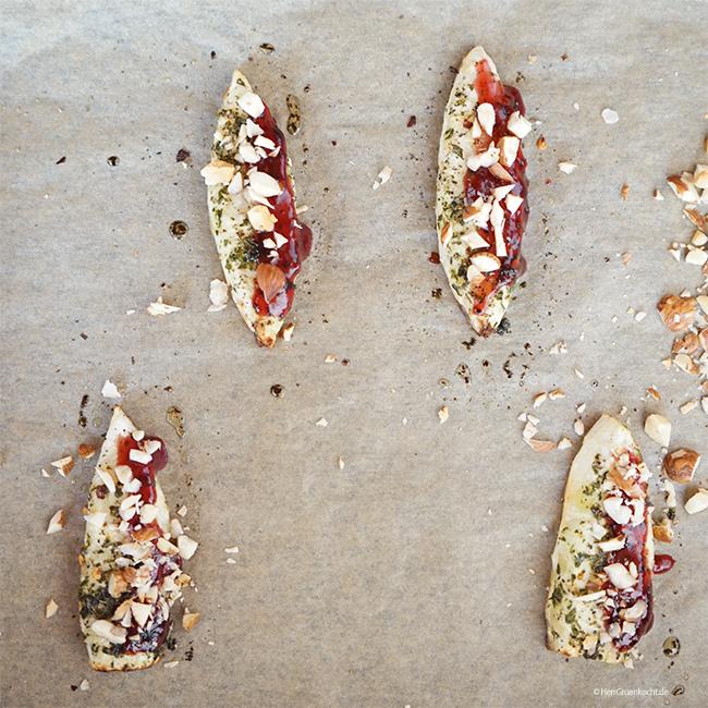 Im Ofen geschmorte Estragon-Sellerengos auf einer Gurken-Senf-Sauce mit roter Kresse, Kurkuma-Graupen, gerösteten Haselnüssen und Blaubeeren
