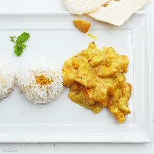 Aprikosen-Bananen-Curry mit Kokos, roter Peperoni und Reis