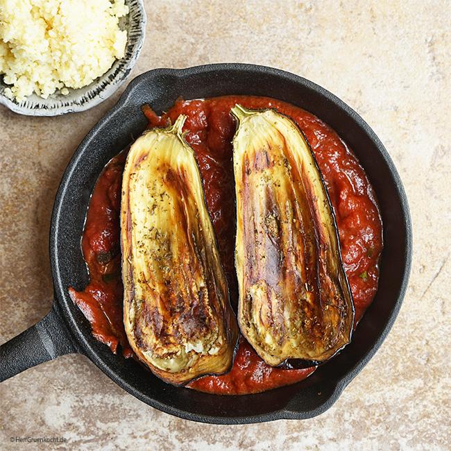 Im Ofen geschmorte Auberginen mit orientalischer Füllung auf einer leicht spicy Tomaten-Rotwein-Sauce