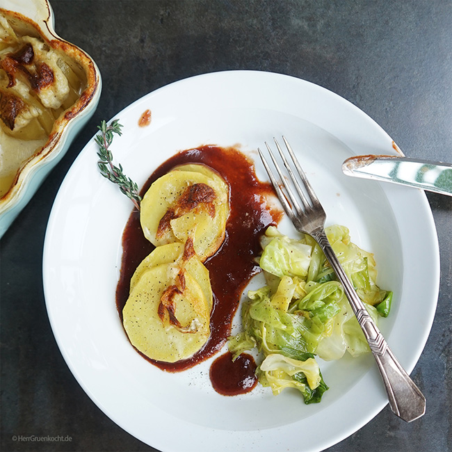 Kartoffelgratin auf Rotweinjus mit gedünstetem Spitzkohl