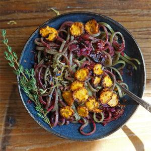 Spinat-Linguine mit einer spicy orientalischen Sauce aus Blaubeeren, Möhrenchips, Chili und frischem Thymian