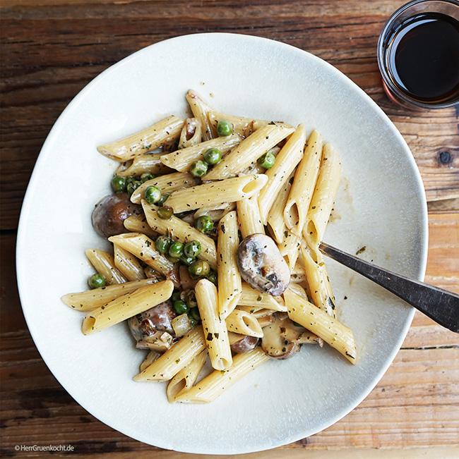 Penne Rigate mit Erbsen, Pilzen und einer Estragon-Marsala-Sauce