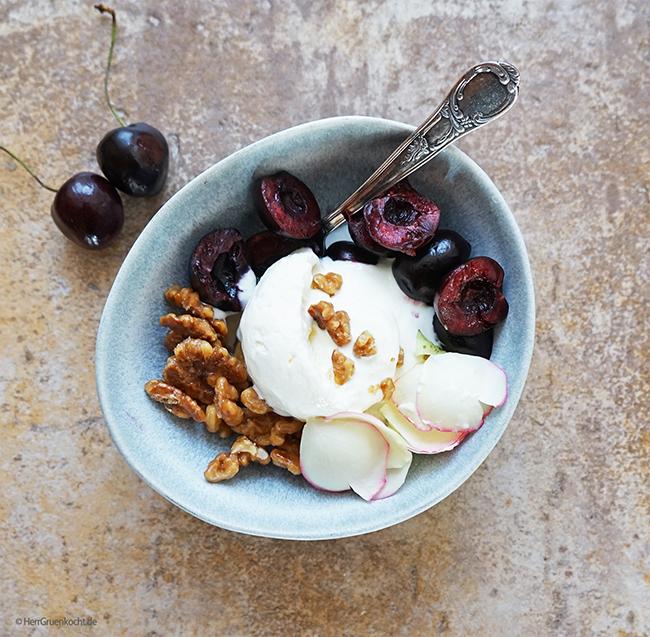 Frozen Yogurt mit Rosenwasser, karamellisierten Walnüssen und Kirschen