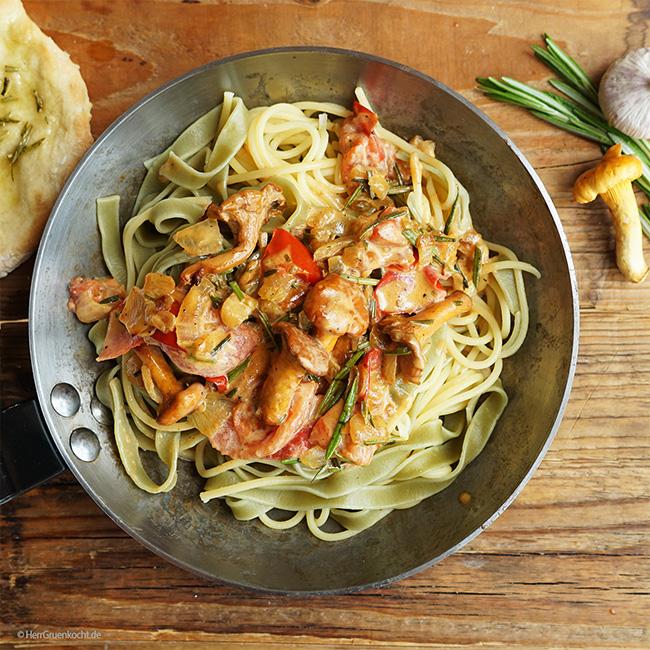 Geschmischte Pasta mit Pfifferling-Rahmsauce , mit einem Schuss Weißwein, geschmorten Zwiebeln und Tomaten sowie frischem Rosmarin