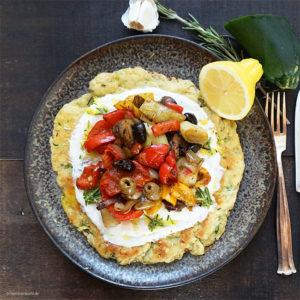 Zucchini-Puffer mit Ofengemüse der Saison, Oliven und Zitronen-Rosmarin-Joghurt